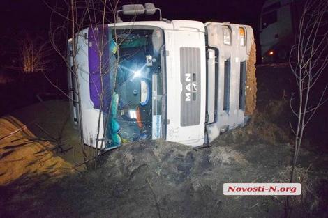 В Николаевской области на трассе перевернулся тягач с зерном (фото)