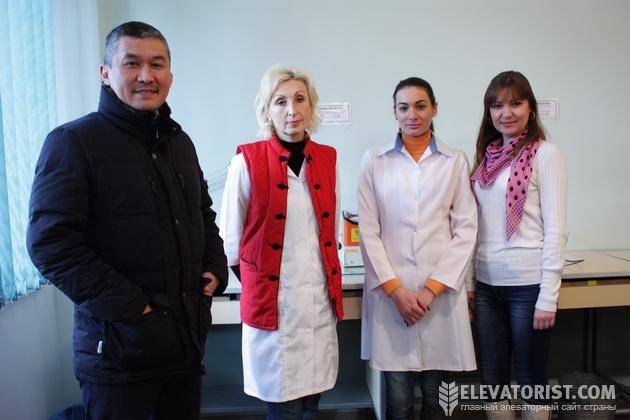 Алтынбек Мустапаев и работницы лаборатории