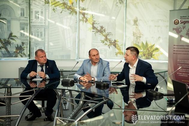 """Директор """"Вариант Агро Строй"""" Алексей Грушко (справа) рассказывает о случаях мошенничества среи подрядчиков"""