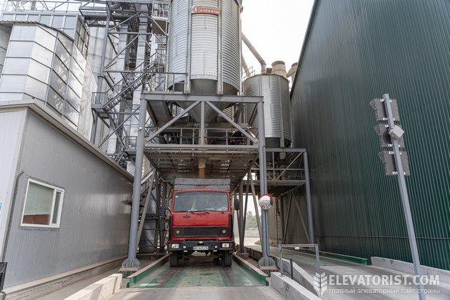 Машина после погрузки зерна отправится в порт