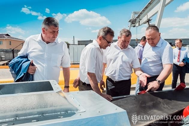 Директор завода Юрий Плескач показывает оборудование