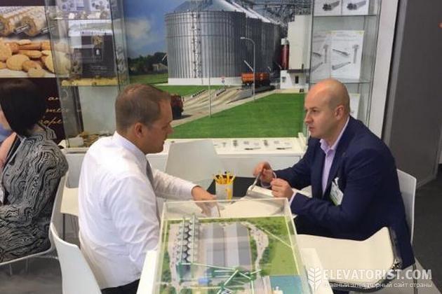 Виталий Галич общается с клиентом