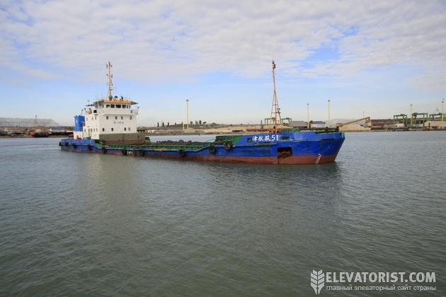 Самоходное судно вывозит грунт