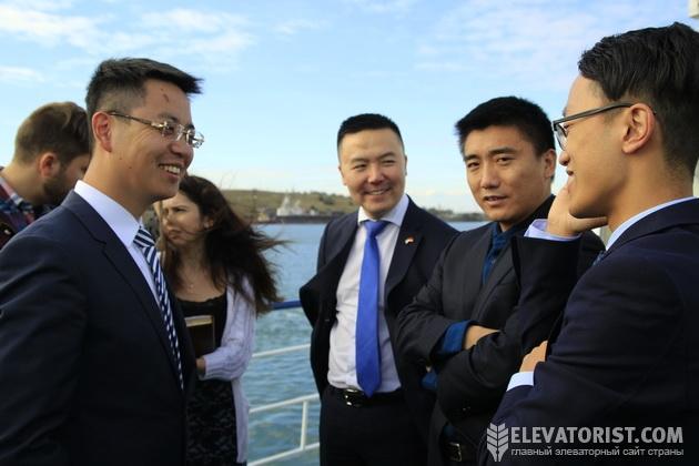 Линь Тао (слева) и другие представители СНЕС