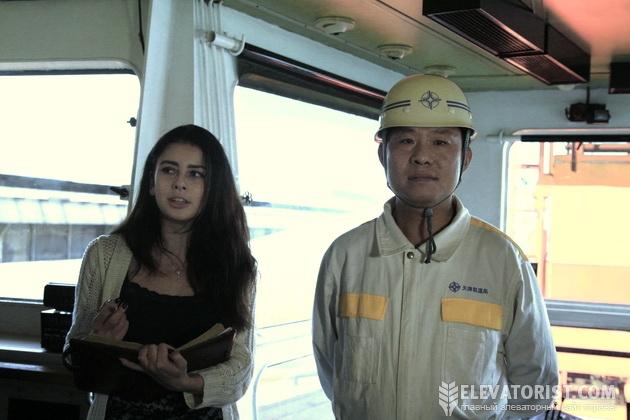 Капитан судна китайского флота и переводчица