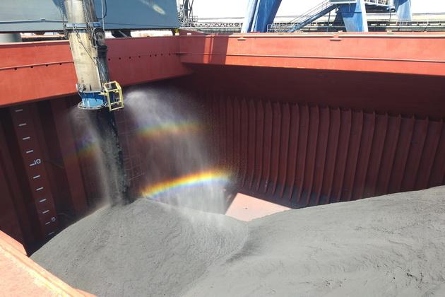 Погрузка нефтекокса на балкер