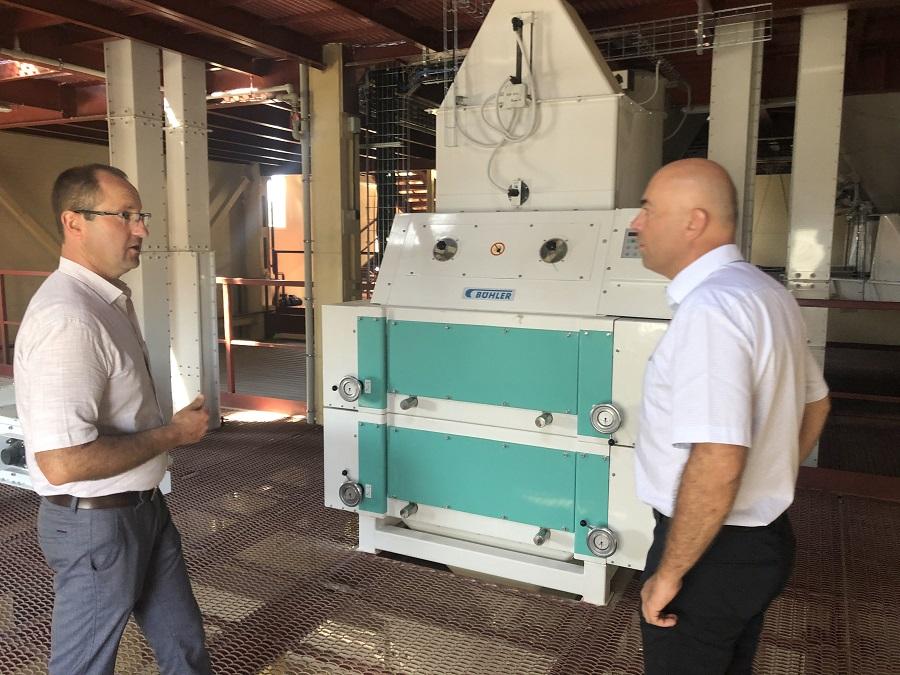 Директор комбикормового завода Александр Стебельский и представитель Buhler возле вальцовой дробилки DFZL-1000