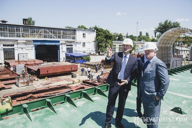 Алексей Павленко и Алексей Вадатурский на судостроительном заводе