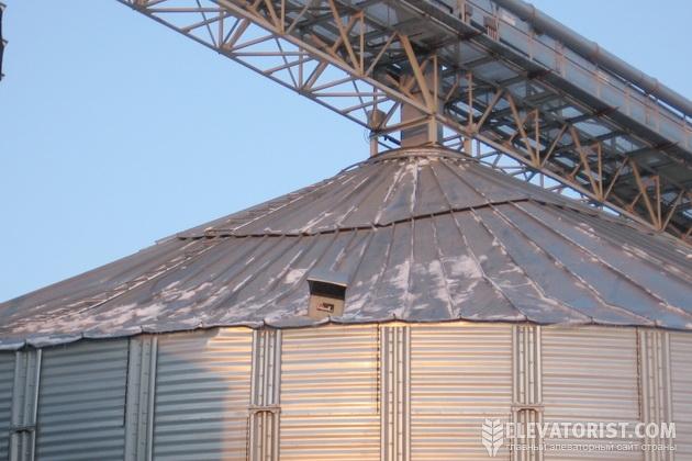 Поврежденная снеговой нагрузкой крыша силоса
