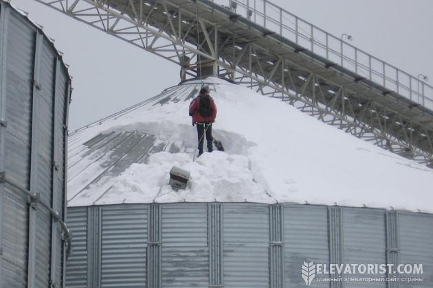 Крышу силоса чистят от снега