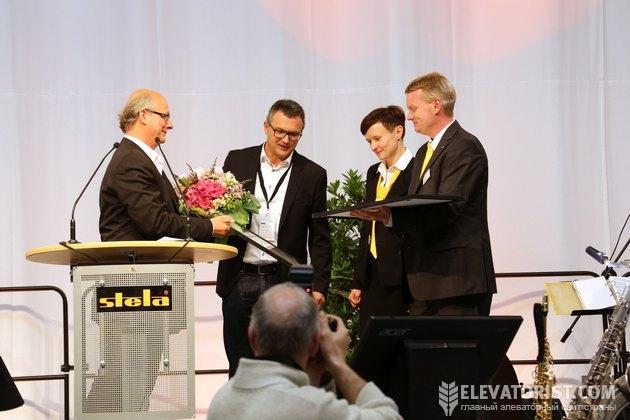 Ирине и Томасу Лаксхубер вручают подарки